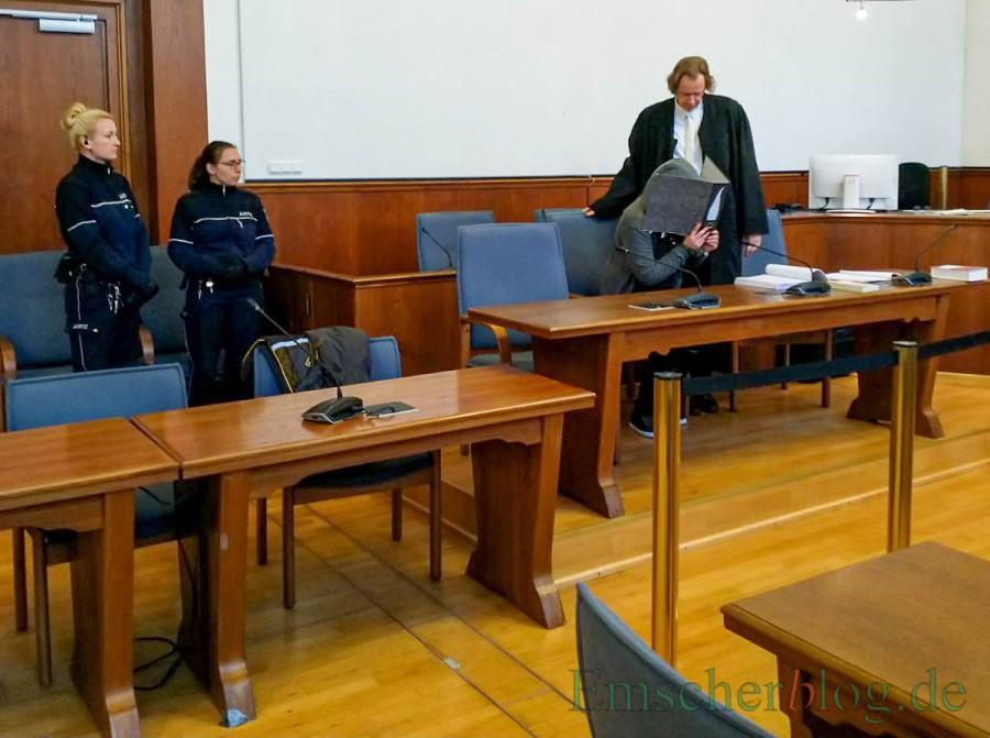 Der Prozess wegen versuchten zehnfachen Mordes gegen die 27-jährige Angeklagte aus Holzwickede, hier mit ihrem Anwalt, wurde heute vor dem Landgericht eröffnet. (Foto: P. Gräber - Emscherblog.de)