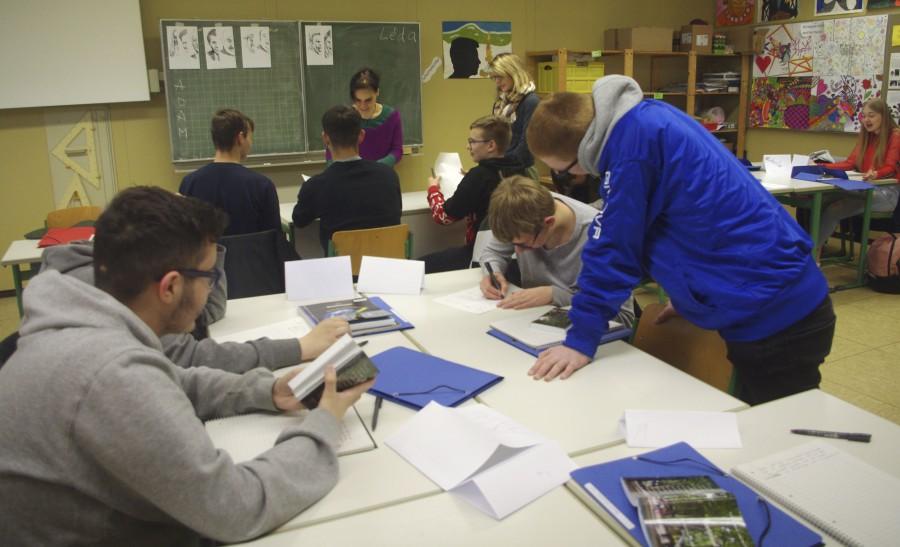 Léda Forgó (4.v.l.) bei ihrer Arbeit mit den Schülern der Josef-Reding-Schule. (Foto: privat)