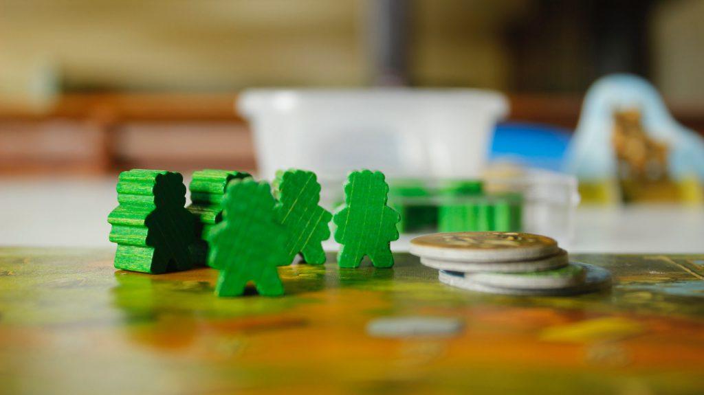 Gesellschaftsspiele sind nach wie vor sehr gefragt: Die HowioBib-Freunde bieten jun einen offenen Spieleabend in der Bücherei an. (Foto: Jaciel Melnik - Unplash)