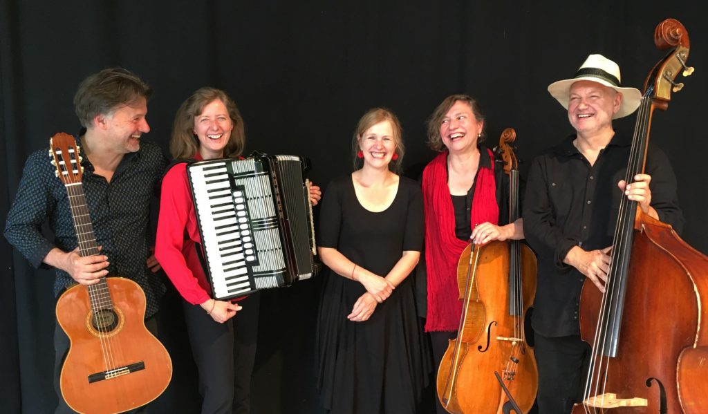 Das Tango Contrabajando sind: Felicitas Stephan (Violoncello), Stefanie Schulte-Hoffmann (Akkordeon), Sabine Böker-Kaminsky (Klavier), Wolfgang Lehmann (Gitarre) und Uli Bär (Kontrabass). (Foto: Kulturverein)