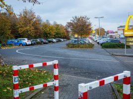 Die Gemeinde Holzwickede wird das Parken auf den öffentlichen Parkplätzen (1. und 2. Reihe von links) an der Wilhelmstraße zeitlich begrenzen. Außerdem soll es strengere Kontrollen durch das Ordnungsamt in diesem Bereich geben. (Foto: (P. Gräber - Emscherblog.de)