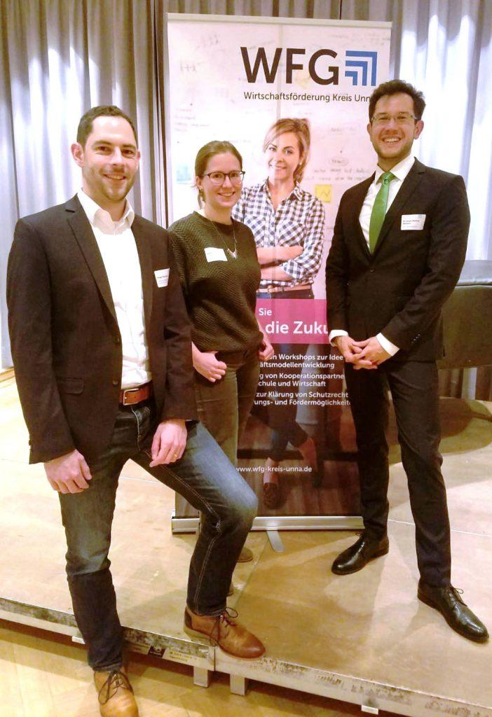 Ansgar Burchard (l.) und Isabel Stasinski freuen sich mit Dr. Joseph Dörmann (r.) über das rege Interesse. (Foto: Pflichtenhöfer - WFG)