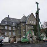 Tiefgründungsarbeiten mit Spezialbohrgerät auf der Rathausbaustelle