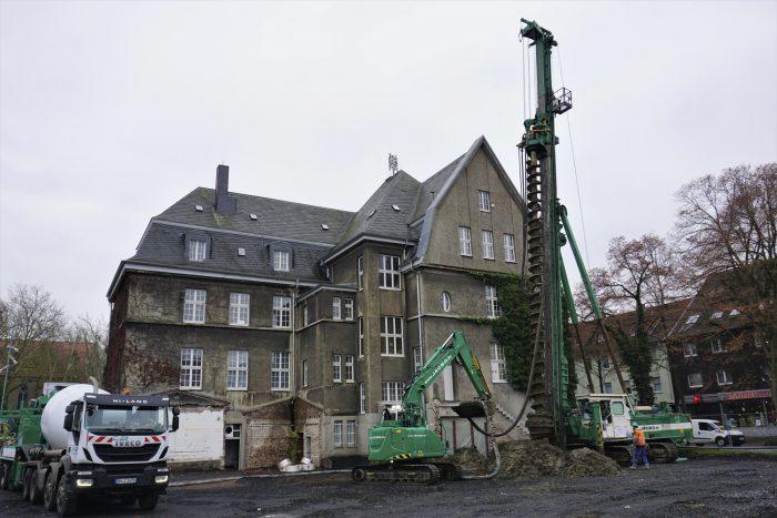 Auf der Rathausbaustelle sind die Tiefgründungsarbeiten mit einem Spezialbohrgeräte derzeit in vollem Gange. (Foto: gemeinde Holzwickede)