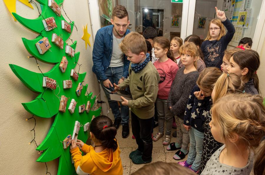 Die Kinder haben viel Freude daran, den QR-Code mit den schuleigenen I-Pads einzuscannen und zu entschlüsseln: Mal gibt es kleines Video, mal eine Geschichte oder eine Aufgabe zu entdecken und im Unterricht umzusetzen. (Foto: P. Gräber - Emscherblog)