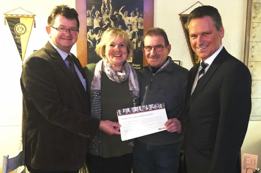 CDU-Vorsitzender Frank Lausmann und seine Stellvertreter Sabine Schulz -Köller (v.l.) und Frank Markowski (r.) bedanken sich bei Willy Dorna für seine Verdienste um die CDU Holzwickede. (Foto: privat)