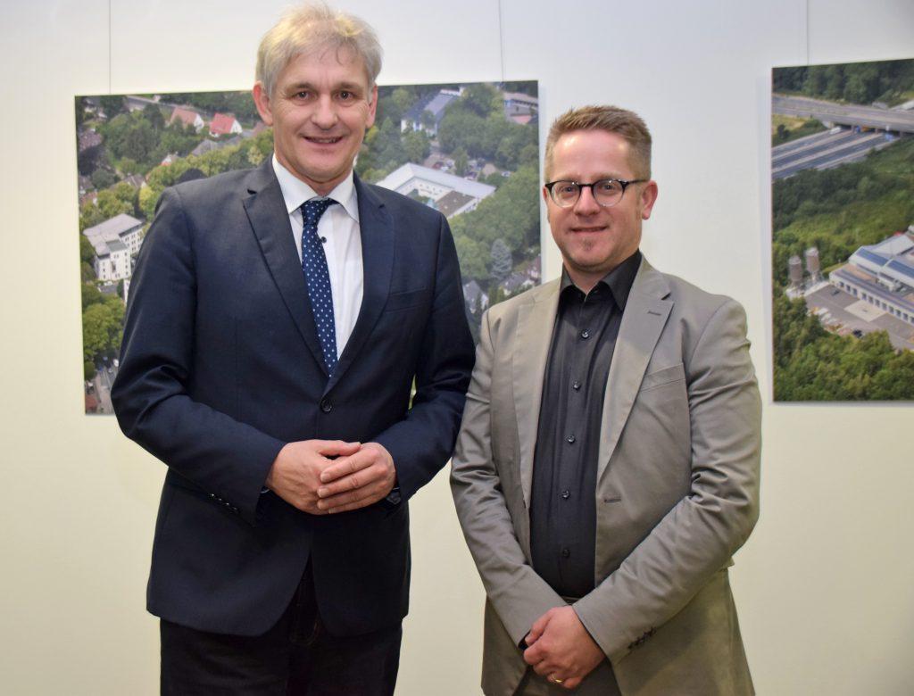 Landrat Makiolla wünscht dem neuen Fachbereichsleiter Georg Thomys (r.) viel Erfolg. (Foto: Max Rolke Kreis Unna)