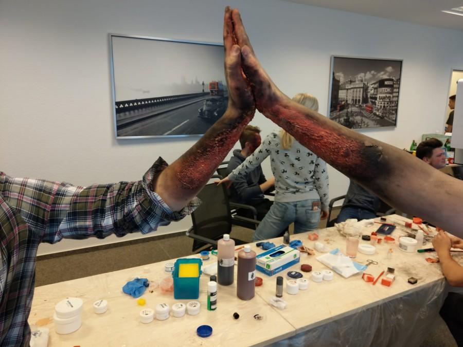 Das Schminken von Wunden und Tipps zur realistischen Darstellung schauspielerischen Darstellung von Verletzungen erlernten Schüler aus Holzwickede, Schwerte und Bergkamen in einem Workshop des JRK. (Foto: JRK)