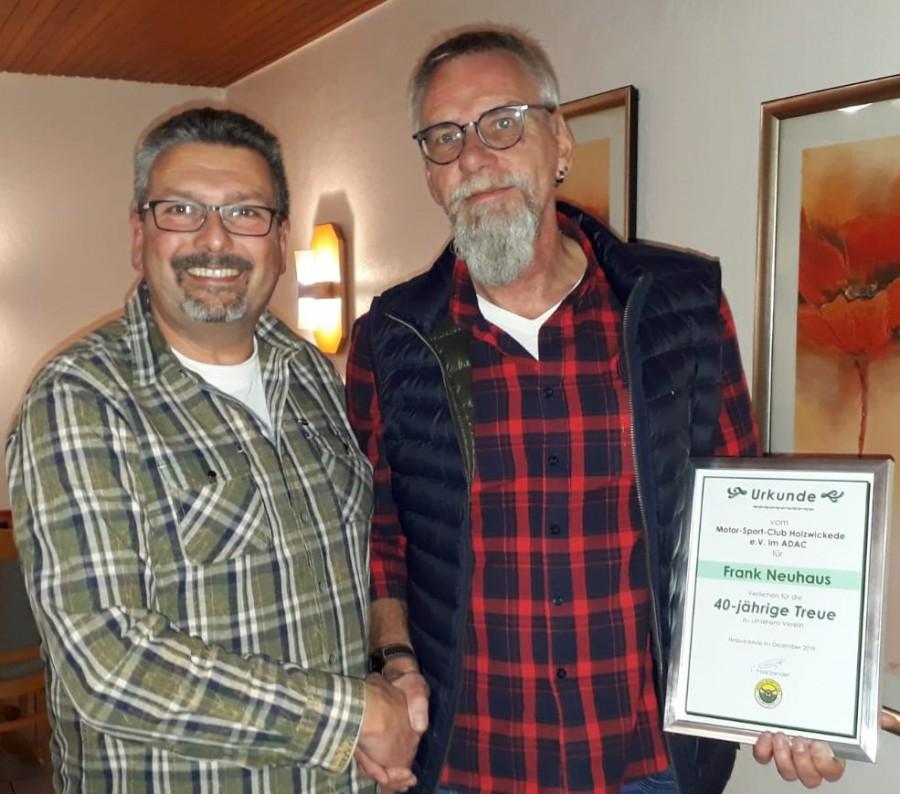 Der Vorsitzende Frank Giese (li.) ehrte Frank Neuhaus,s einen Stellvertreter, für 40 Jahre Mitgliedschaft im MSC Holzwickede. (Foto: privat)