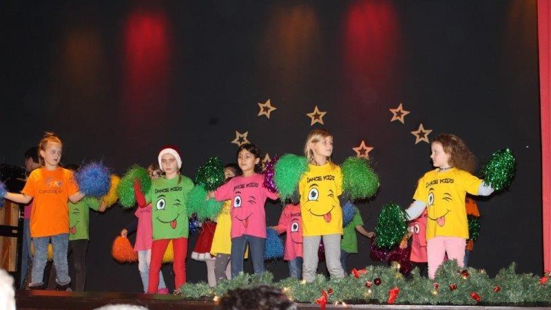 Die Kindertanzgruppe der Aloysiusschule bei ihrem Auftritt vor den Senioren in der Rausinger Halle. (Foto: privat)