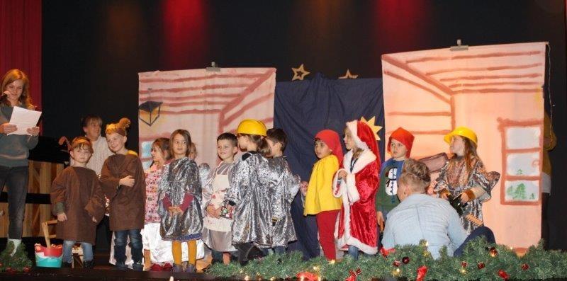 Die Kinder des HEV Kindergartens erhielten für ihr kleines Theaterstück über die Weihnachtswerkstatt viel Applaus.  (Foto: privat)