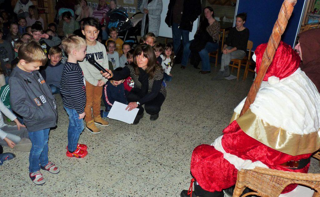 Mit Gedichten hießen die Kinder der Nordschule den Nikolaus willkommen, als er ihnen für den Holzwickeder Sport-Club (HSC) schon traditionell die Stutenkerle überbrachte. (Foto: privat)