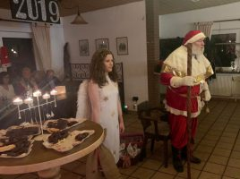 Gemeinsam mit einem Engel besuchte der Nikolaus die Weihnachtsfeier der Schlüter und Schlepperfreunde im Vereinsheim des KGV Am Oelpfad. (Foto: privat)