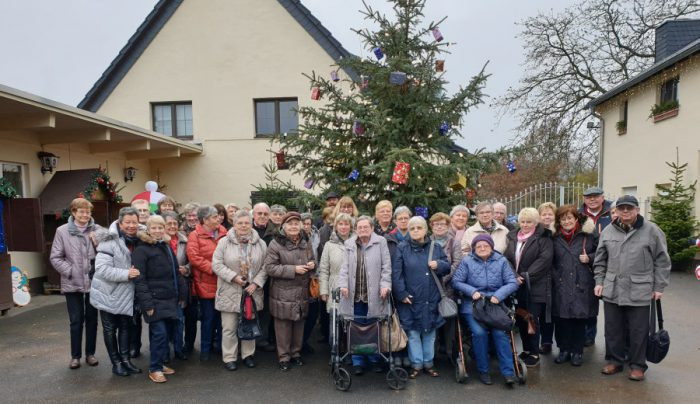 Die Holzwickeder Senioren bei ihrem Besuch auf der Straußenfarm in Remagen. (Foto: privat)
