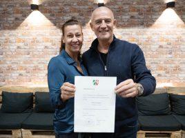Susanne und Bernd Krispin mit der Stiftungsurkunde für die Stiftung Kinderglück. (Foto: Kinderglück)