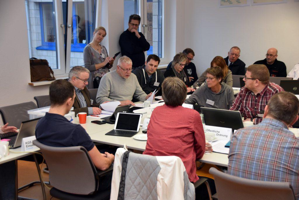 Die Mitglieder des Krisenstabs Kreis Unna üben für den Ernstfall. (Foto: Birgit Kalle – Kreis Unna)