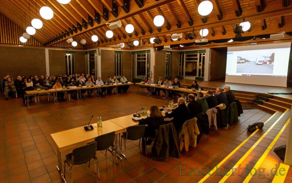 Das Interesse der Bürger an der Sondersitzung des Verkehrsausschusses war groß. Es ging um eine Änderung der  Verkehrsführung im Wohngebiet Mozartstraße. (Foto: P. Gräber - Emscherblog)