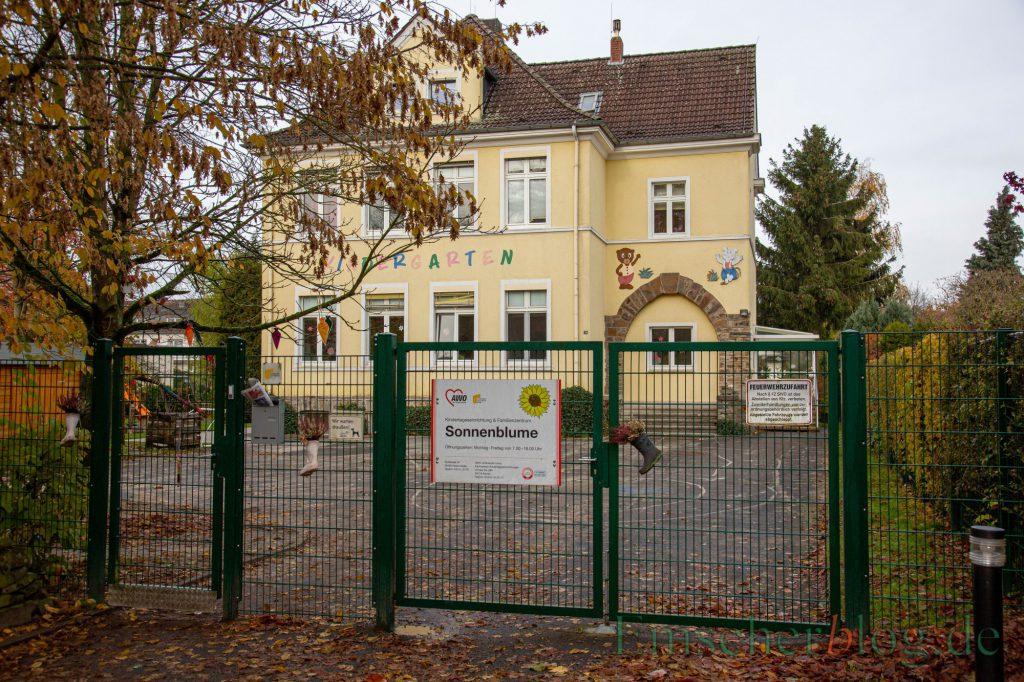 Die alte Schule in Opherdicke, in der aktuell noch die AWO-Kita Sonnenblume untergebracht ist, wollen die Grünen unbedingt erhalten. Sie schlagen eine Art Sozialkaufhaus als Folgenutzung vor. (Foto: P. Gräber - Emscherblog)