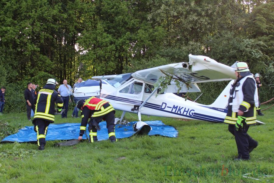 Ein spektakulärer Einsatz für die Holzwickeder Feuerwehr war der Flugzeugabsturz auf dem Segelflugplatz in Hengsen im Mai. (Foto: P. Gräber - Emscherblog)
