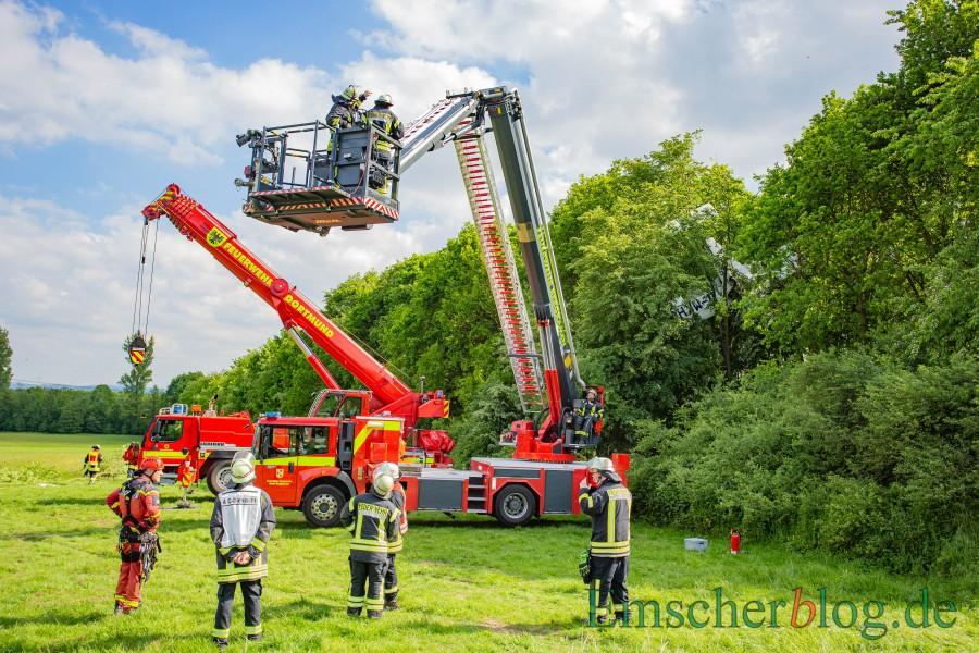 Die Bergung des verunglückten Flugzeuges auf dem Segelflugplatz im Mai gehörte zu den größten Einsätzen des Löschzuges 2 der Holzwickeder Feuerwehr. (Foto: P. Gräber - Emscherblog)