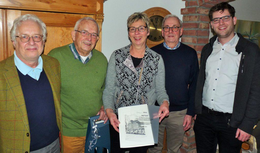 Überbrachten Glückwünsche, v.l.: Gundolf Walaschewski, Rolf Kühle, Bürgermeisterin Ulrike Drossel, Günter Schütte und Pfarrer Philipp Reis. (Foto: HSC)