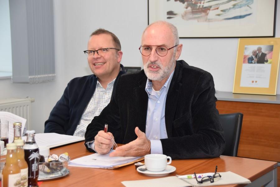 Stellen das Programm der Klimakonferenz vor: Umweltdezernent Ludwig Holzbeck (r.) und Fachbereichsleiter Peter Driesch. (Foto: Birgit Kalle – Kreis Unna)