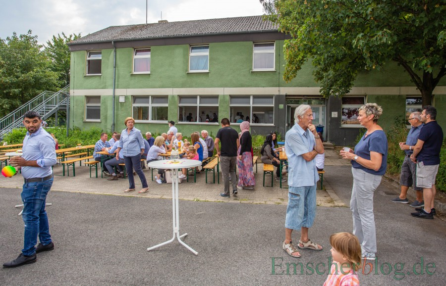 Die Unterkünfte an der Bahnhofstraße wollen die Grünen erhalten, stattdessen die Flüchtlingsunterkunft an der Mühlenstraße aufgeben: Das Foto zeigt die Unterkunft beim Nachbarschaftsfest im Juli vorigen Jahres.  (Foto: P. Gräber - Emscherblog)