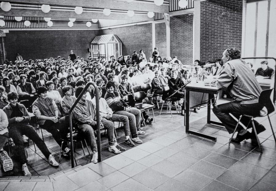 """Josef Reding (r.) bei einem seiner zahlreichen Besuche in """"seiner"""" Hauptschule.  Dass sich die Hauptschule nach ihm benannte , betrachtete der Schriftsteller stets als besondere Verpflichtung und Verantwortung. (Foto: Archiv)"""