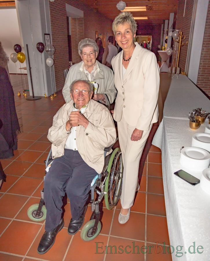 Josef Redding (†) mit seiner Frau Rosemarie und Bürgermeisterin Ulrike Drossel bei seinem letzten öffentlichen Auftritt im April 2018 zum 50. Geburtstag der Holzwickeder Hauptschule, die nach ihm benannt ist.  (Foto: P. Gräber - Emscherblog)