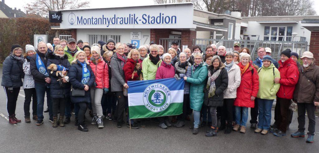 Die traditionelle Silvester-Wanderung des HSC war auch zu diesem Jahreswechsel wieder sehr beliebt: Vor dem Abmarsch am Montanhydraulik-Stadion stellten sich die Teilnehmer zum Gruppenfoto. (Foto: privat)