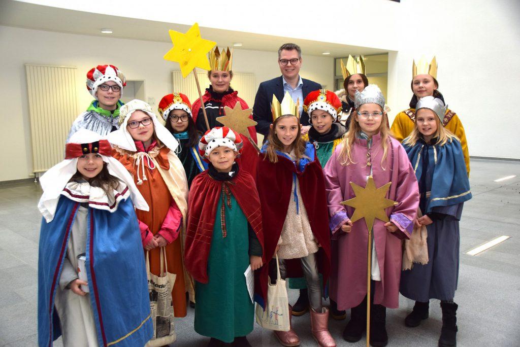Kreisdirektor Mike-Sebastian Janke begrüßte die Sternsinger im Kreishaus und wünschte ihnen viel Erfolg bei ihrer Aktion.  (Foto: Birgit Kalle - Kreis Unna)