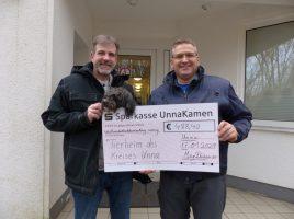Jörg Driesner (l.) von der Sanitär- und Heizungsfirma übergibt den Check an Christian Winter (r.) vom Tierheim Kreis Unna. (Foto: Tierheim Kreis Unna)