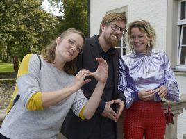 Spaß bei der Arbeit: Die Ausstellungsmacher Sally Müller und Arne Reimann mit Künstlerin Louise te Poele (r.). (Foto: Thomas Kersten – Kreis Unna)