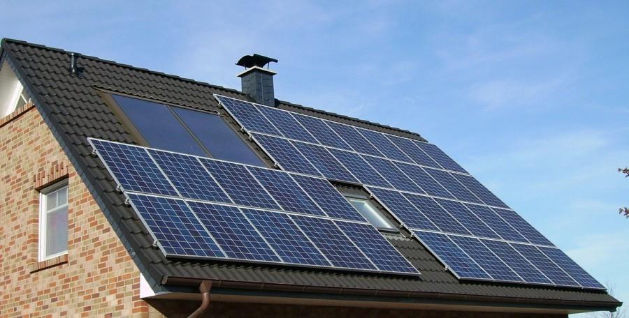 Die Grünen fordern den Ausbau von Photovoltaik und wollen dazu die Gemeindewerke um den Geschäftsbereich der Gemeindewerke erweitern: Photovoltaik-Anlage auf einem Hausdach. (Foto: skeeze - pixabay)