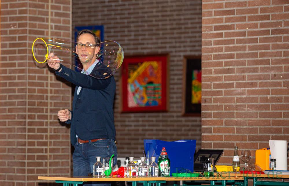 """Dafür erntete er zahlreiche anerkennde """"Aaahss!"""" und """"Ohhs!"""" bei seinen jungen Studierenden: Dr. Scheuer fabrizierte natürlich auch selbst einige Seifenblasen im praktischen Versuch. (Foto: P. Gräber - Emscherblog)"""