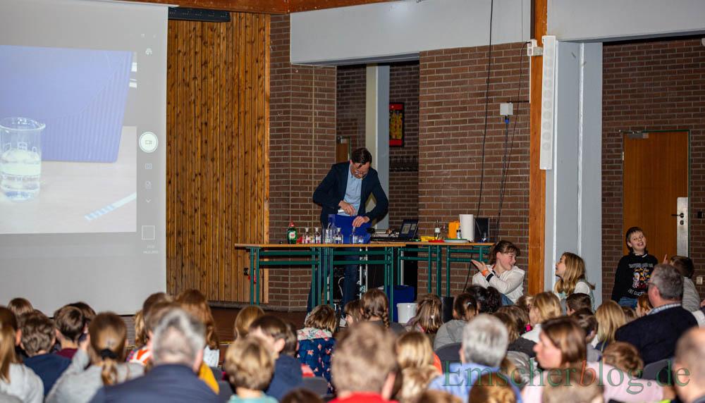 Die Kinderuni lud heute zur Vorlesung in Holzwickede ein: Zum Thema Seifenblasen experimentierte Dr. Rupert Scheuer von der Technischen Universität Dortmund im gut gefüllten Forum des Schulzentrums. (Foto: P. Gräber - Emscherblog)