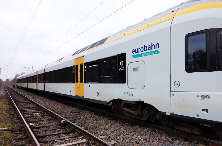Die Bahnstrecke von Holzwickede nach Dortmund war gestern ab 13.30 Uhr drei Stunden lang gesperrt: Die Eurobahn (RB 59) stand aufgrund eines Zwischenfalls in Höhe des Bahnübergangs Schäferkampstraße auf freier Strecke.  Die Feuerwehr musste die Reisenden evakuieren. (Foto: privat)