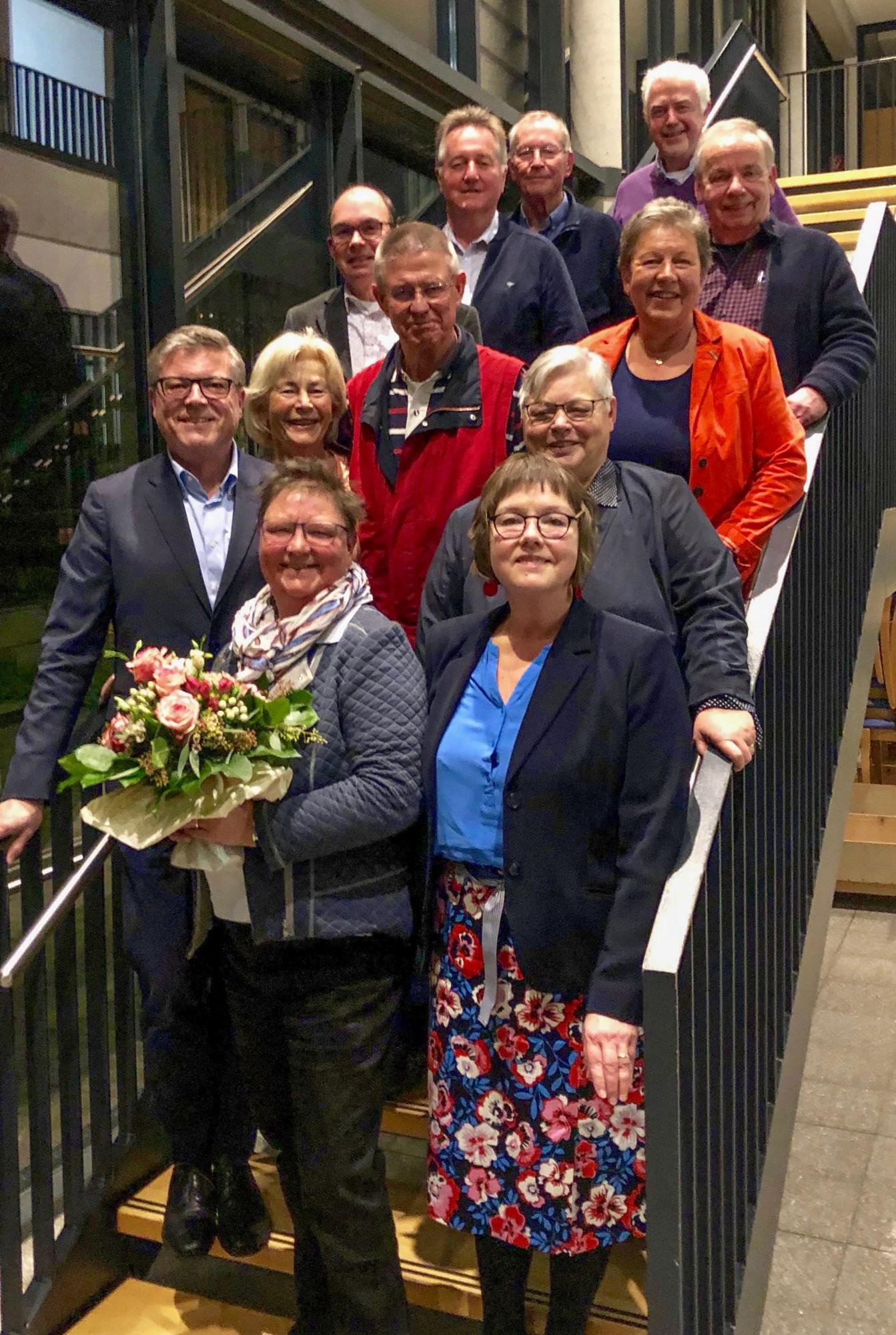 Der neue Vorstand und Ulla Pardemann (m. Blumen), die als langjährige Vizepräsidentin verabschiedet wurde. (Foto: privat)