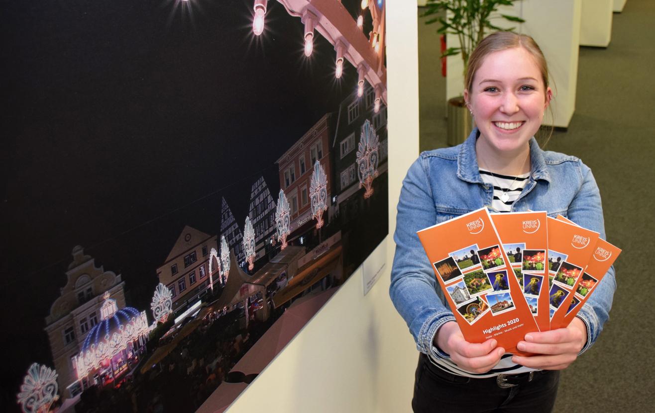 Die Auszubildende Lea Körber hat den Versand der Highlights 2020 organisiert. (Foto: Max Rolke – Kreis Unna)