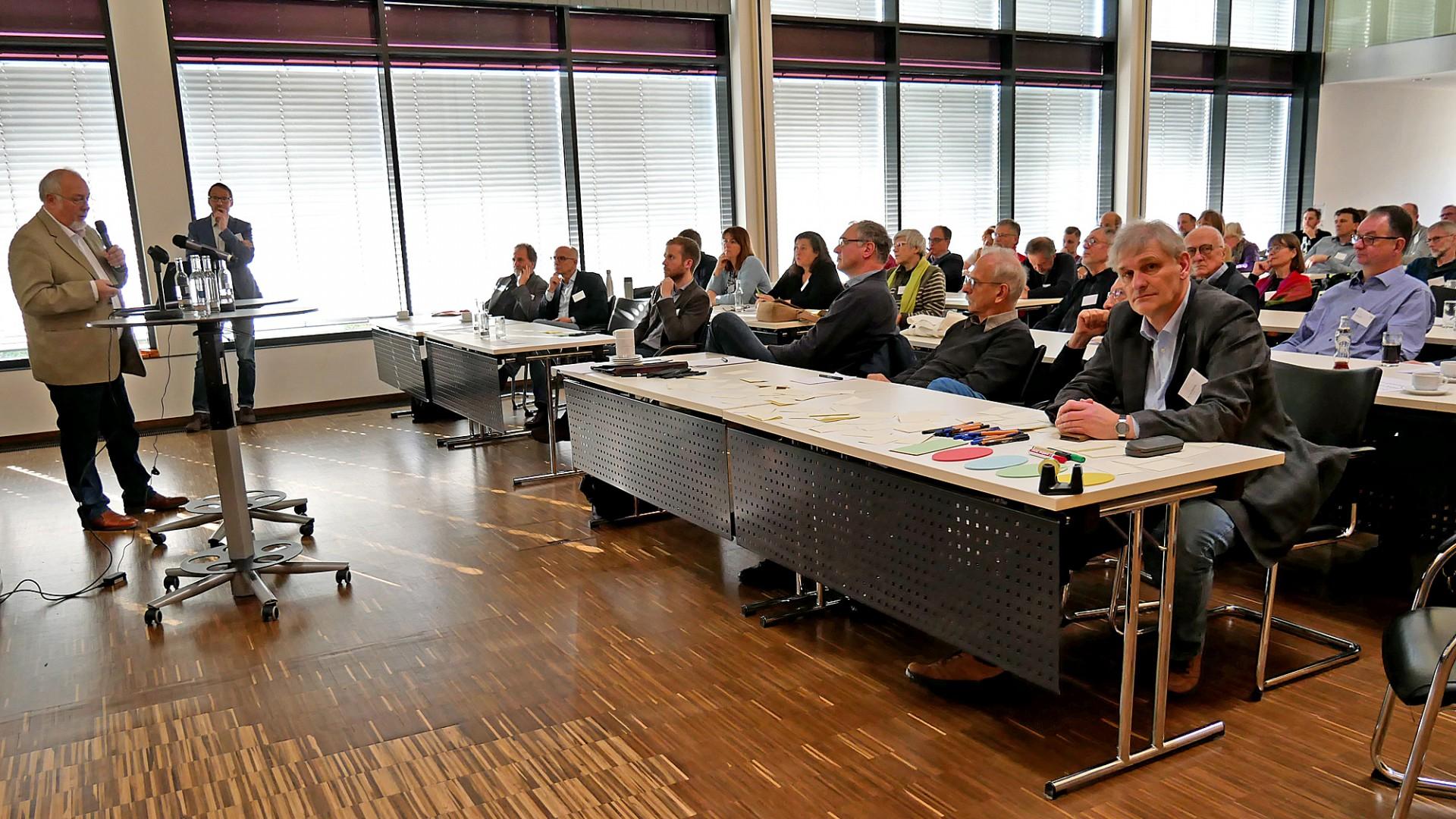 """Landrat Makiolla (vorne r. am Tisch) eröffnete die Klimakonferenz und nahm am Workshop """"Mobilität"""" teil. (Foto: Max Rolke - Kreis Unna)"""