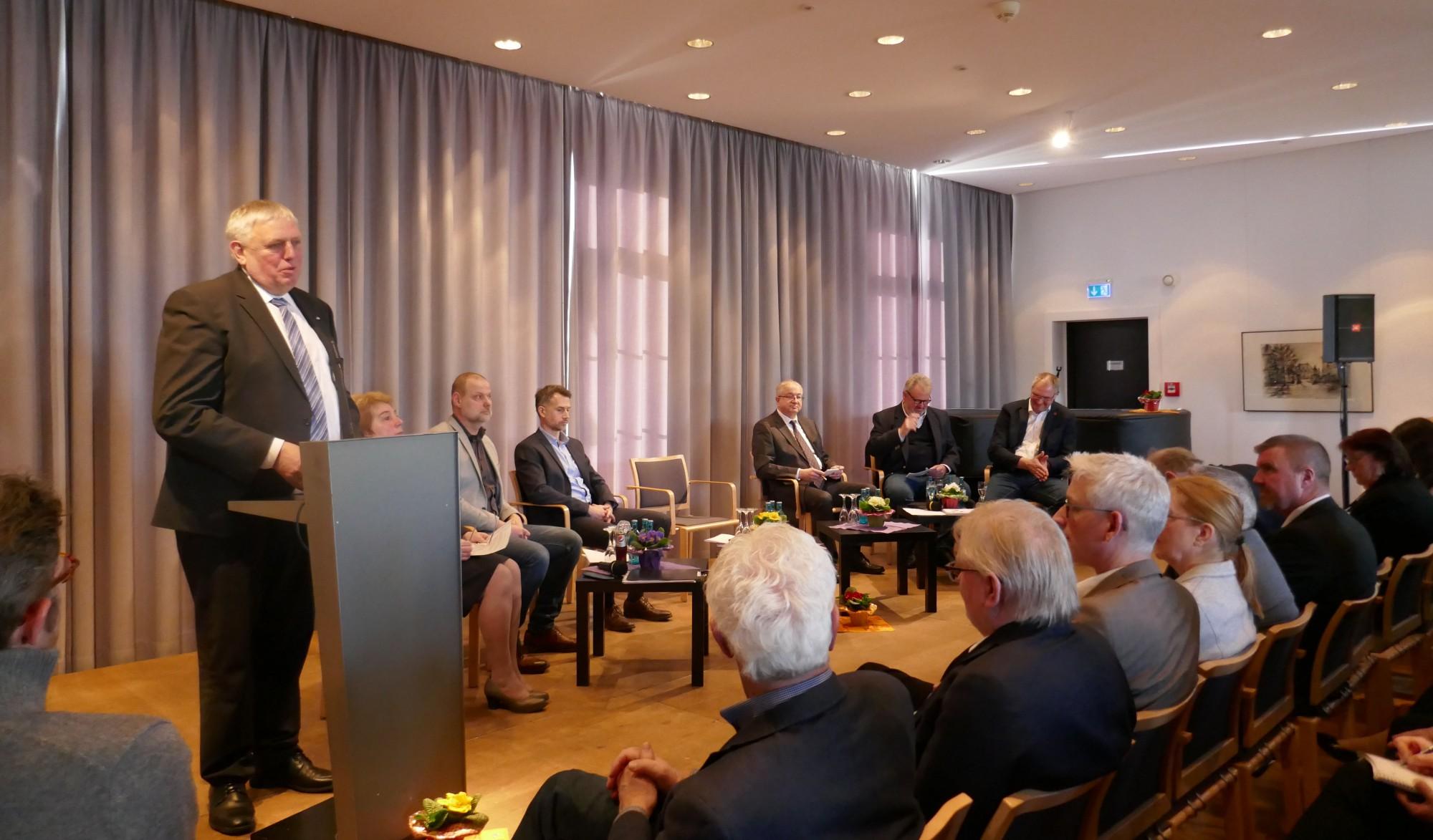 Minister Laumann skizzierte bei der Tagung Alter und Pflege, was das Land tun will, um gute Pflege weiter möglich zu machen. (Foto: Lea Körber – Kreis Unna)