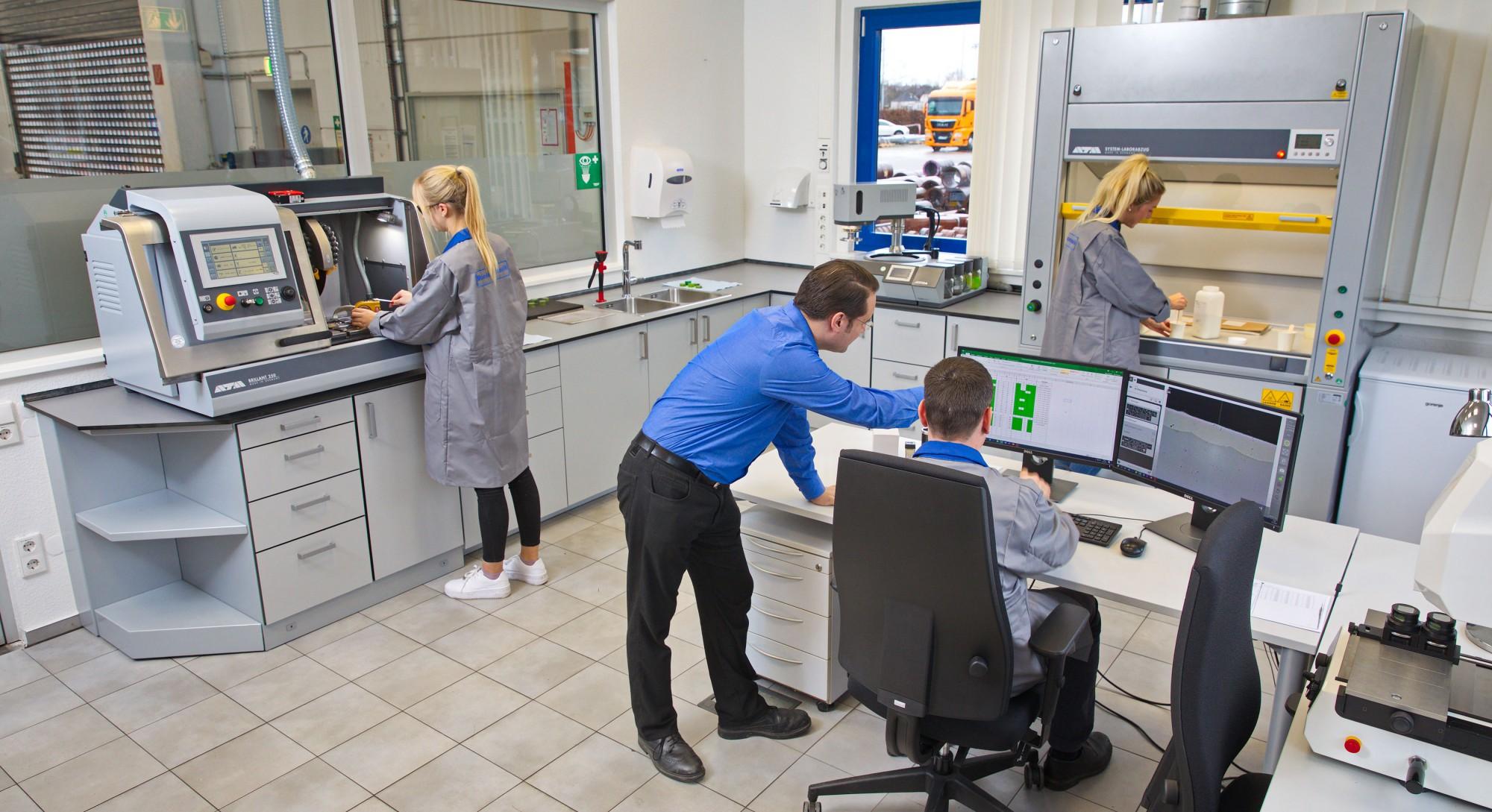 Blick in das neue Prüflabor der Montanhydraulik GmbH in Holzwickede: Herzstück des Prüfungslabors ist ein Härteprüfgerät mit Digitalmikroskop, das eine 1000-fache Vergrößerung der Probe erlaubt. (Foto: Montanhydraulik)