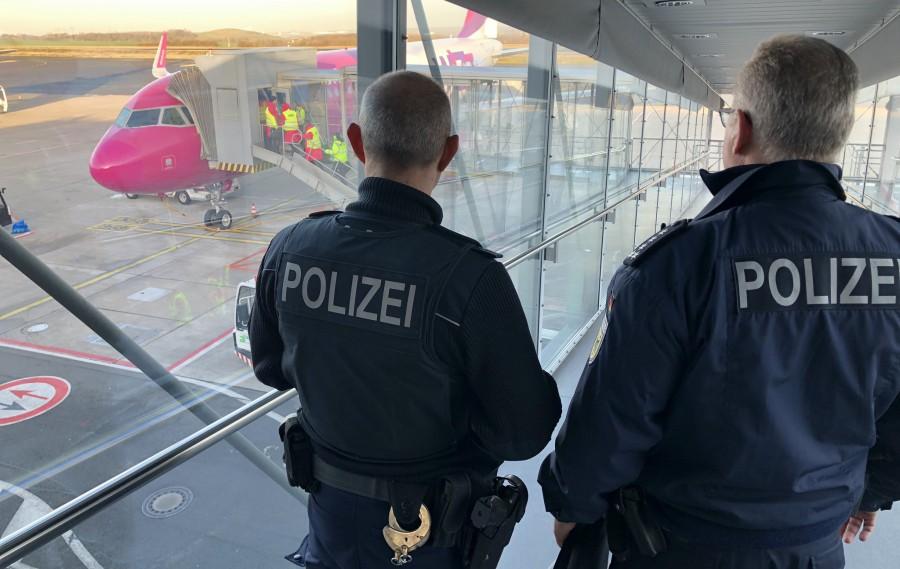 Die Bundespolizei hat heute Morgen im Flughafen Dortmund die Ausreise von acht mutmaßlich rechtsextremistischen Personen verhindert. (Foto: Bundespolizei)