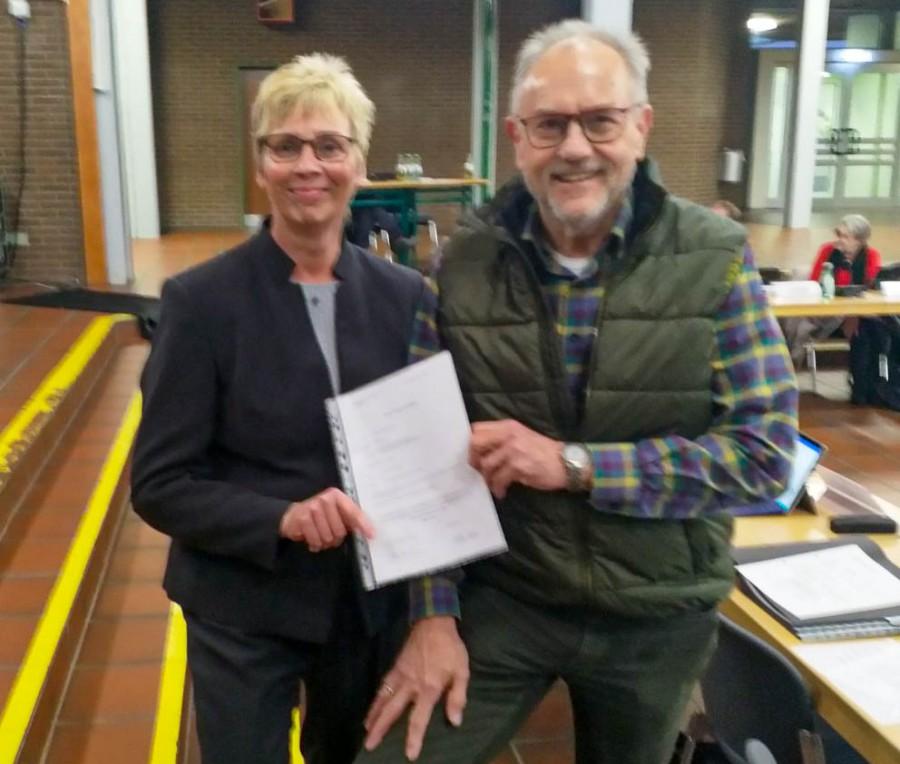 Wieder in den Gemeinderat nachgerückt: Heinrich Schlinkmann mit Bürgermeisterin Ulrike Drossel nach seiner Vereidigung. (Foto: P. Gräber - Emscherblog)