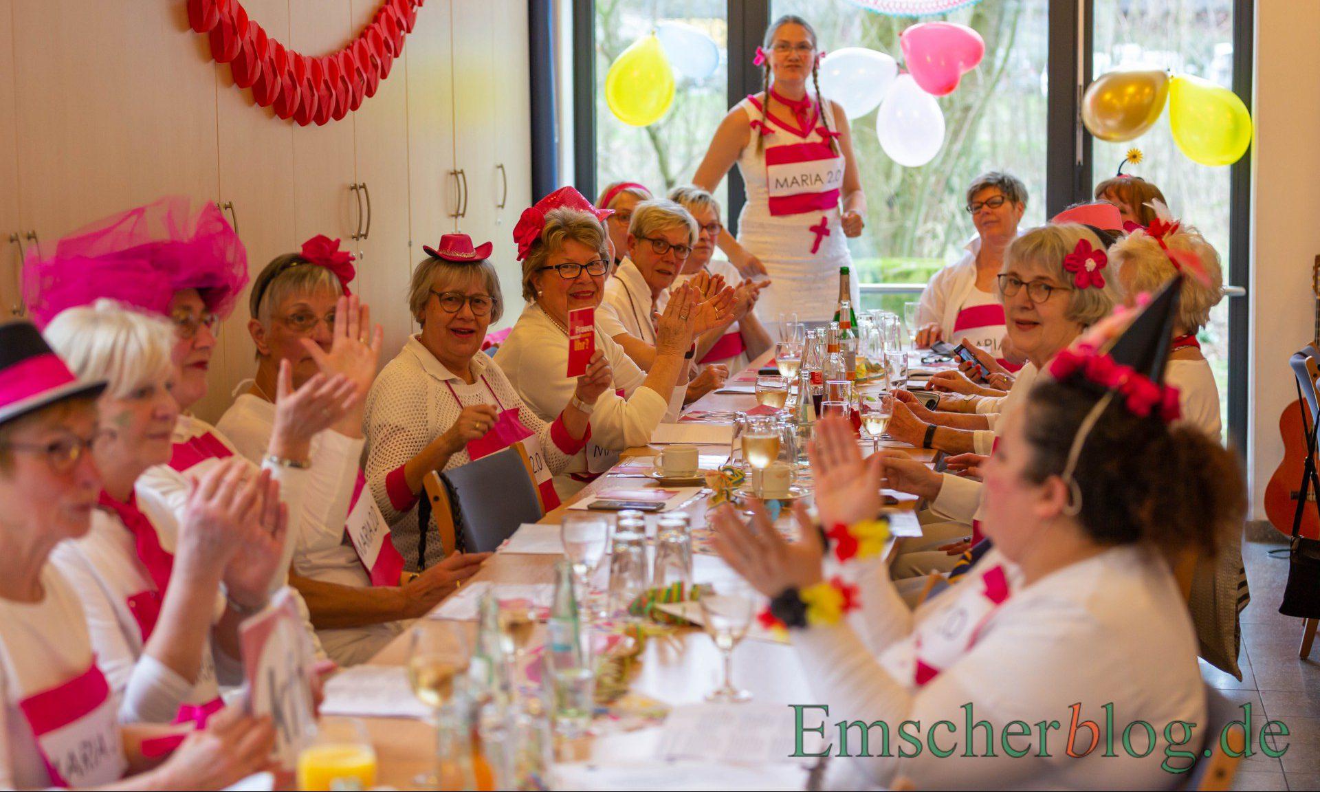 """ie KFD-Frauen mischten ganz in Weiß mit einem Logo """"Maria 2.0"""" bei der Weiberfastnacht heute im Alois-Gemmeke-Haus mit. (Foto: P. Gräber - Emscherblog)"""