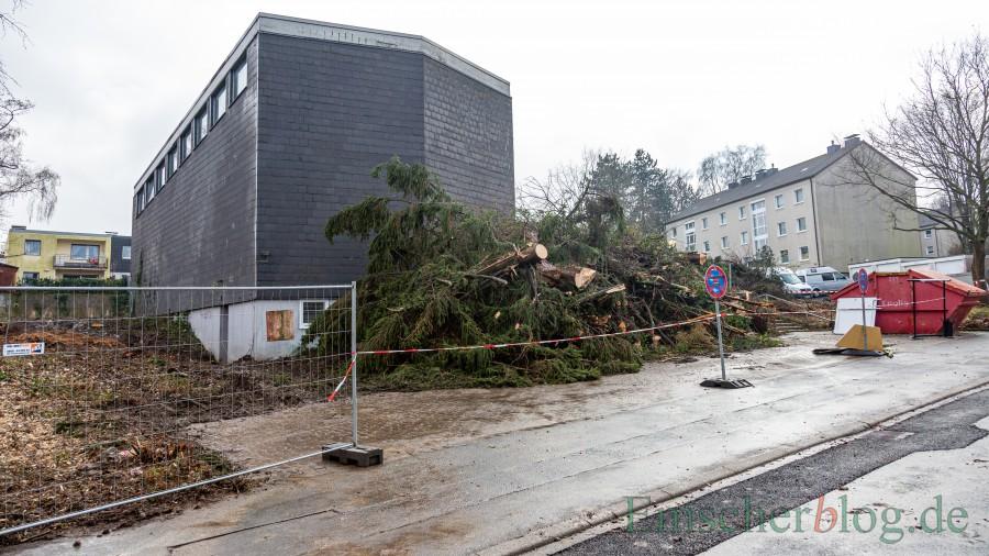 Die Rodung rund um das alte Gebäude ist beendet. In dern nächsten Woche wird mit dem Abbruch der ehemaligen Kirche begonnen. (Foto: P. Gräber - Emscherblog)