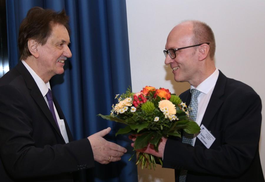 Dr. Karsten Schneider (l.) wird zur Wahl zum neuen Superintendent beglückwünscht. Erster Gratulant ist der noch amtierende Superintendent Hans-Martin Böcker. (Foto: D. Schneider - kk-ekvw)