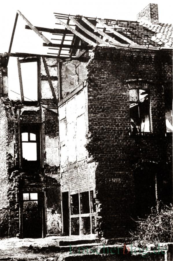"""Wohnhaus """"Kleine Feme"""" Bahnhofstr durch den Bombenangriff am 23. März 1945 zerstört um 1947 . (Quelle: Gemeindearchiv)"""
