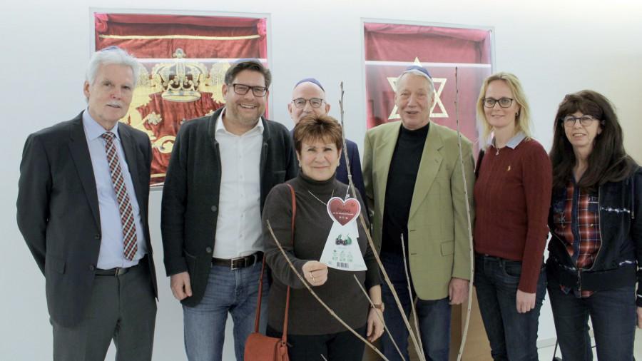 """Von links: Gerd Meyer, (Vorsitzender CDU Unna), Marco Morten Pufke (Vorsitzender CDU Kreis Unna), Alexandra Khariakova (Vorsitzende """"haKochaw"""", dahinter Friedhelm Schroeter (stellv . Vorsitzender CDU Kreis Unna), Wolfgang Barrenbrügge (CDU-Kreisschatzmeister), Annika Brauksiepe (stellv. Vorsitzende CDU Kreis Unna) und Ruth Schneider (CDU-Ratsmitglied Fröndenberg). (Foto: CDU Kreis Unna)"""