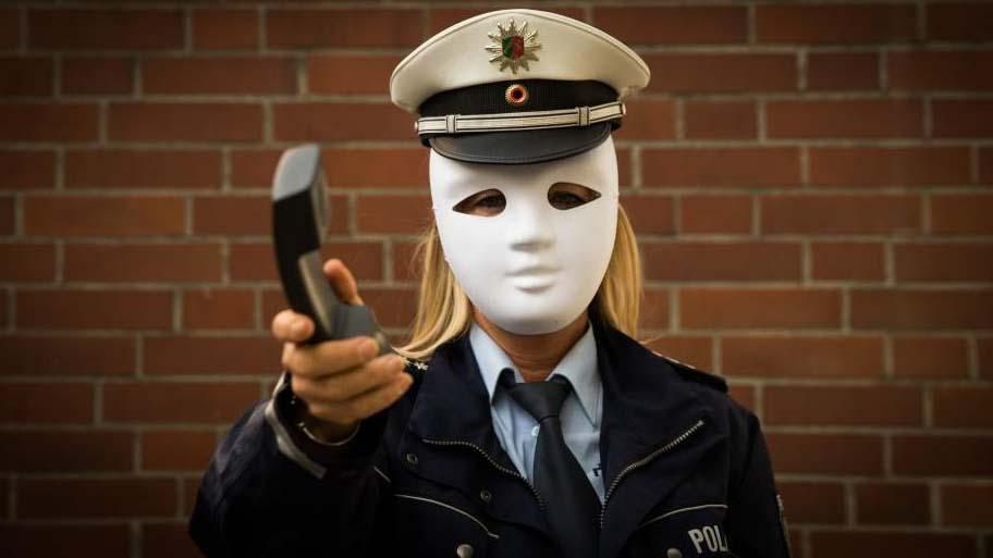 Eine Seniorin aus der Schubertstraße  möchte alle Holzwickeder warnen: Sie hat gestern morgen täuschend echte Anrufe von falschen Polizisten bekommen. (Symbolfoto: Polizei NRW)